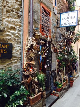 A small and individual shop and restaurants in Corniglia