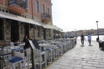 Many restaurants along the bay